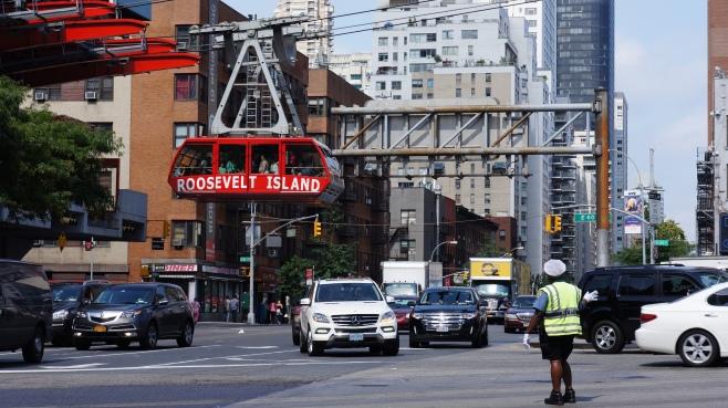 entre la 1ère et la 2e avenue, sur la 59ème rue (life is groovy), on peut embarquer sur ce petit téléphérique construit par des suisses en 1976 pour rallier la roosevelt island...